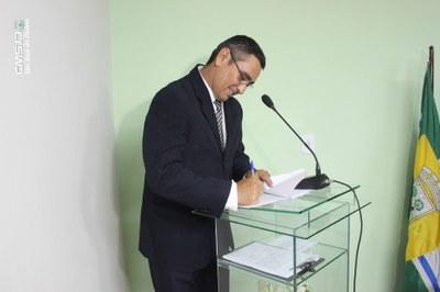 Ver. Carlos assinando Termo de Posse.jpg
