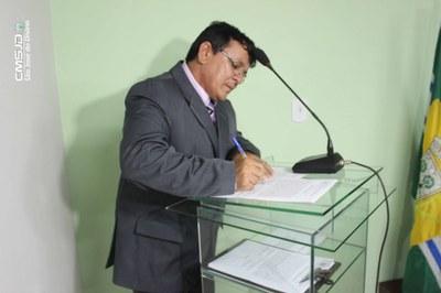 Ver. João Garcia assinando Termo de Posse.jpg